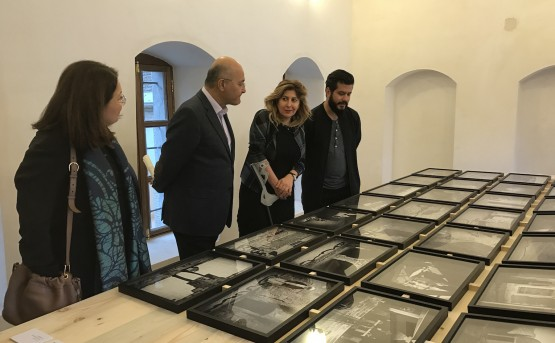 Akam Shex Hadi presents his work to Mr. Barham Salih, former Prime Minister of the Kurdistan Regional Government and former Deputy Prime Minister of the Iraqi Government, with Dr. Tamara Chalabi.